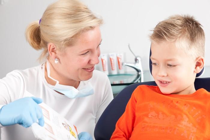 Uitleg over tandenpoetsen met Elmex
