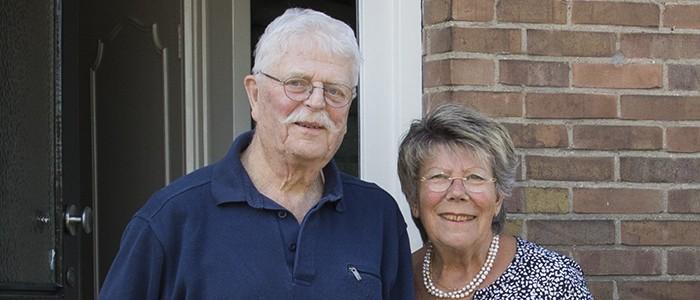 zorgfotograaf legt ouderen vast bij voordeur