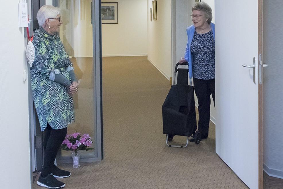 twee ouderen worden bij voordeur fotograaf vast gelegd