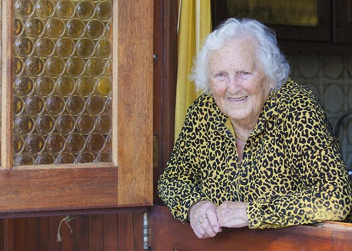 kwetsbare ouderen bij voordeur in Corona tijdperk