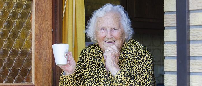 kwetsbare ouderen oude mevrouw bij deur