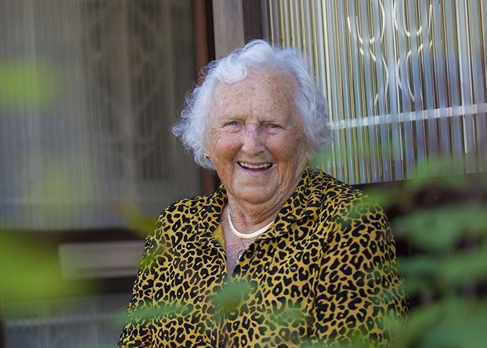 kwetsbare ouderen oudere mevrouw voor de deur